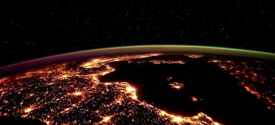 la-terre-vue-de-l-espace-la-nuit